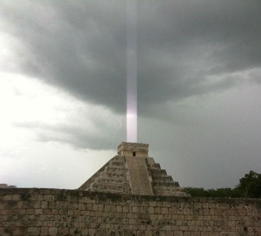 Chùm sáng bí ẩn trên đỉnh kim tự tháp của người Maya