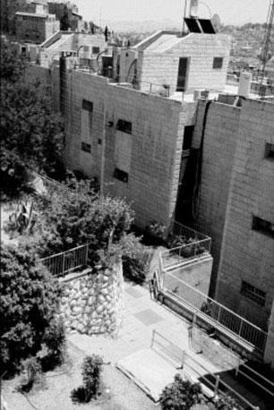 Tòa tháp được xây bên trên hầm mộ sau khi nó được phát hiện vào những năm 1980