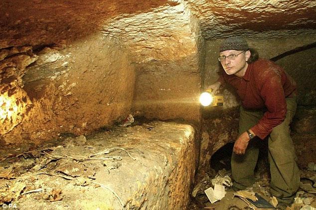 Nhà làm phim Simcha Jacobovici kiểm tra một phần khu mộ trong năm 2007