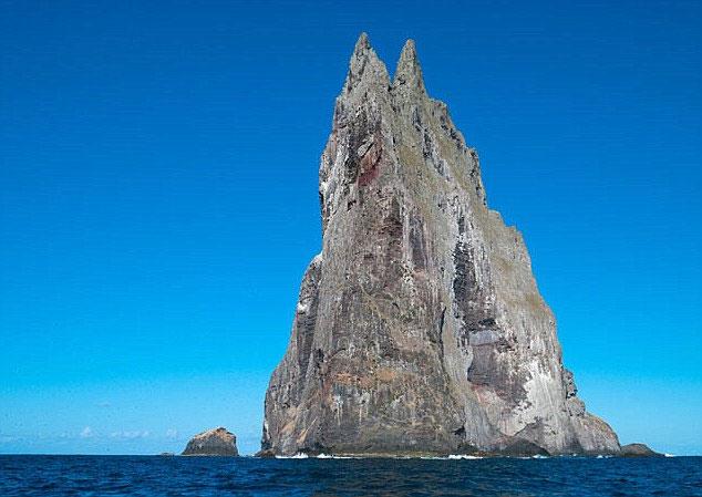 """Ball's Pyramid, đảo đá dốc ngược tứ phía là nơi người ta đã phát hiện được """"tôm hùm cây"""""""