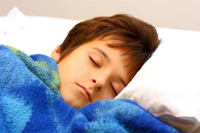 Trẻ khó ngủ dễ hiếu động thái quá