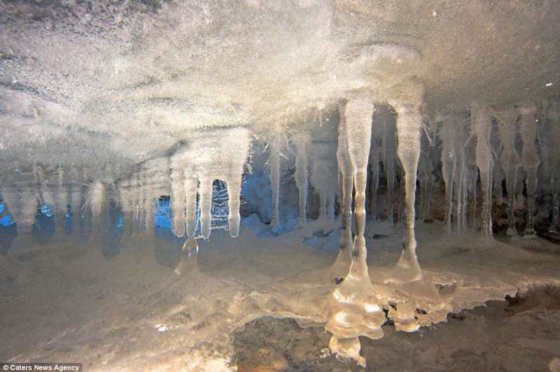 Ảnh đẹp: Mê cung dưới lòng sông băng