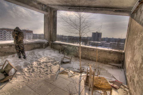 Một nhân viên chính phủ Ukraina đang quan sát thành phố bị bỏ hoang từ khách sạn Pripyat. Gần 26 năm sau thảm họa, thành phố vẫn bị bỏ hoang.