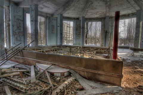 Một võ đài đấm bốc tại Cung Văn hóa Xô Viết. Bộ ảnh này được chụp bởi nhiếp ảnh gia nghiệp dư người Anh, Micheal Day. Người đàn ông 29 tuổi này vốn là một kiểm soát viên không lưu quê London, nhưng thường làm việc ở Aberdeen, Scotland. Day tới thăm thành phố Pripyat cùng một người hộ tống của chính phủ Ukraina.
