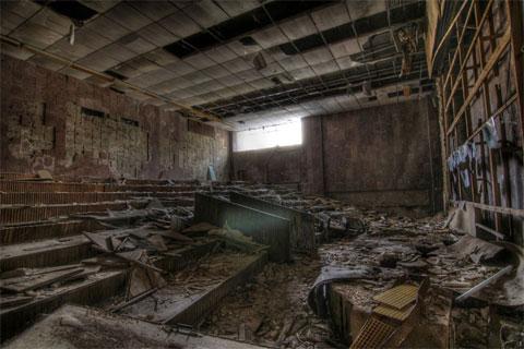 """Bức ảnh này cho thấy một giảng đường bị bỏ hoang ở Cung Văn hóa Xô Viết. Việc mang các vật dụng vào và ra khỏi Pripyat bị cấm, do lo ngại nguy cơ phát tán phóng xạ. Tuy nhiên, một số nghệ sĩ graffiti vẫn tìm cách vào được nơi này. """"Có cả dấu hiệu của các loài thú, như các loài chim hay cáo chẳng hạn"""", nhiếp ảnh gia nghiệp dư Day nói."""