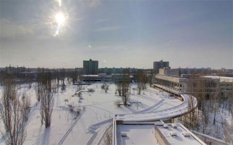 """""""Cứ như thể thành phố này dừng lại ở năm 1986"""", Day chia sẻ. """"Nó giống như một bảo tàng sống vậy. Những năm bị bỏ quên của thành phố này khiến cây cối mọc lên rất nhiều. Pripyat giờ đây nằm giữa một khu rừng"""". Trong ảnh là khu vực từng một thời là quảng trường chính của thành phố."""