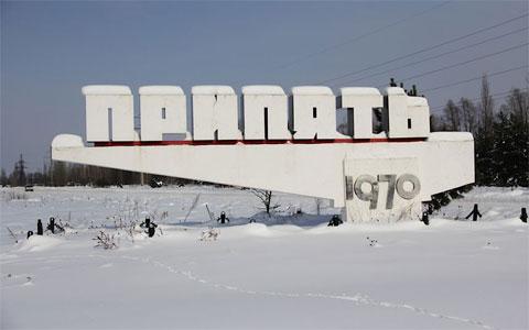 """Một tượng đài bằng bê tông với chữ """"Pripyat"""". """"Sau khi kết thúc chuyến tham quan Pripyat, những vị khách sẽ được quét kiểm tra lượng hấp thụ phóng xạ"""", Day nói tiếp. """"Nếu phóng xạ vượt quá mức an toàn, vật dụng của bạn sẽ bị tịch thu và họ sẽ cho bạn tắm hóa học""""."""
