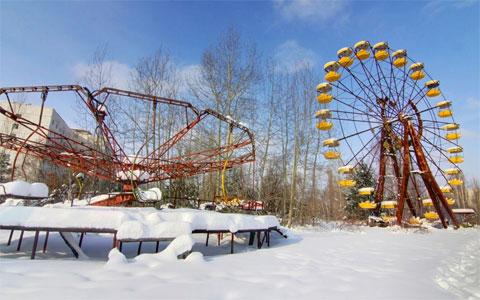 Nếu không biết đây là bức ảnh chụp tại thành phố ma Pripyat, khó ai có thể hình dung khu vui chơi bị tuyết phủ nhẹ này nằm trong vùng thảm họa Chernobyl.