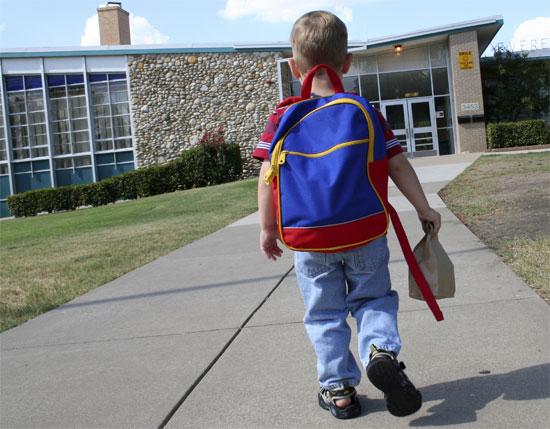 Cặp sách nặng làm trẻ đau lưng
