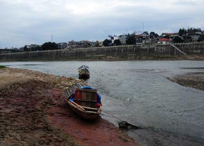 Nước sông Hồng qua Lào Cai cạn kỷ lục, mùi hôi nồng