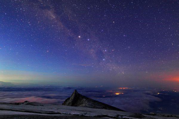"""""""Núi Ngân Hà"""" nhìn từ đỉnh Kinabalu, một đỉnh núi ở phía bên của đảo Borneo của Malaysia"""