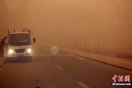 Video: Bão cát tấn công tây bắc Trung Quốc