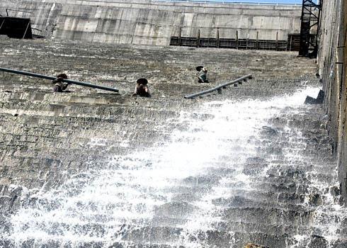 Rò rỉ nước đập thủy điện Sông Tranh 2 do lỗi thiết kế