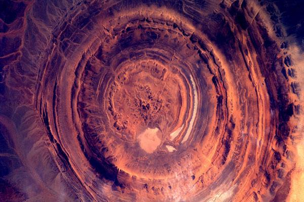 Cấu trúc đá khổng lồ màu nâu đỏ tại châu Phi.