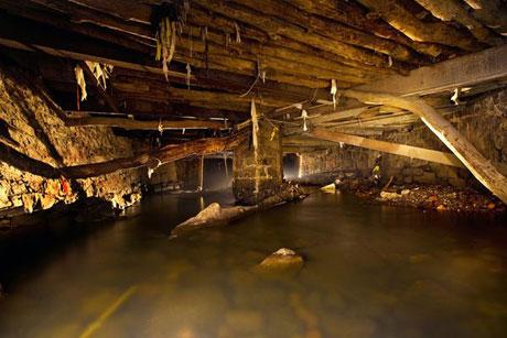 Là nhánh dài nhất của sông Hudson, sông Sawmill chảy từ thành phố Chappaqua, bang New York, tới tận thành phố Yonkers cùng bang. Từ đầu thế kỷ 20, dòng sông bị bao phủ dần bởi những chiếc cầu. Theo thời gian số lượng cầu tăng lên và kích thước của chúng cũng tăng. Ngày nay sông Sawmill đã bị che lấp hoàn toàn bên dưới thành phố Yonkers.