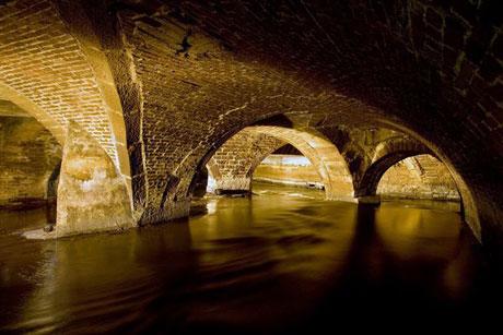 Một đoạn có chiều dài hơn 6km của sông Bradford Beck chảy dưới các công trình xây dựng ở thành phố Bradford, Anh.