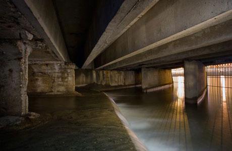 Sông Neglinnaya từng chảy từ phía bắc tới phía nam thủ đô Moscow của Nga cho tới khi nó bị chôn vùi bởi những đường hầm có chiều dài 7,5 km. Ngày nay nước của nó chảy vào sông Moskva theo hai lối thoát.