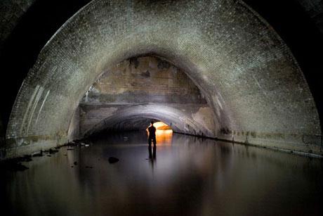 Sông Westbourne từng là nguồn cung cấp nước uống quan trọng cho thành phố London, Anh. Nhưng tới cuối thế kỷ 18, chất lượng nước của nó thấp đến nỗi con người không thể uống được nữa. Vào đầu thế kỷ 19, sông Westbourne được dẫn vào các ống ngầm để tạo điều kiện cho sự phát triển của các quận mới tại London.