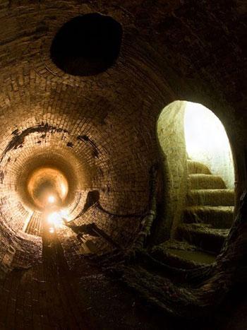 Khoảng không gian khá rộng trong ảnh là đoạn cuối của một đường hầm chứa nước sông Sheaf tại thành phố Sheffield, Anh. Sông Sheaf cứ liên tục hiện ra rồi biến mất trên mặt đất tại thành phố Sheffield trước khi nó chập vào sông Don.