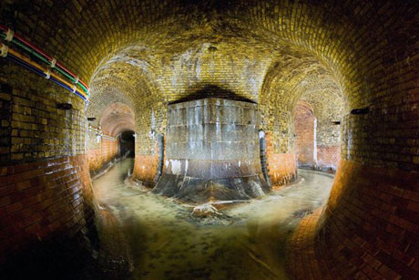 Vào thế kỷ 19, sông Fleet buộc phải chảy qua đường hầm ngầm tại thành phố London trước khi chảy vào sông Thames. Vào thời La Mã, nó là sông lớn nhất và quan trọng nhất của London. Nhưng trong cuộc cách mạng công nghiệp, phần lớn nước của nó được sử dụng cho hoạt động sản xuất công nghiệp.