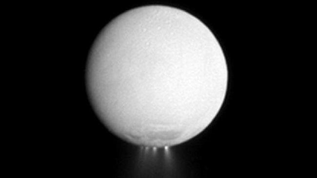 Các cột hơi nước và các mảnh băng thoát ra từ Enceladus - dấu hiệu về sự tồn tại của nước trên mặt trăng này
