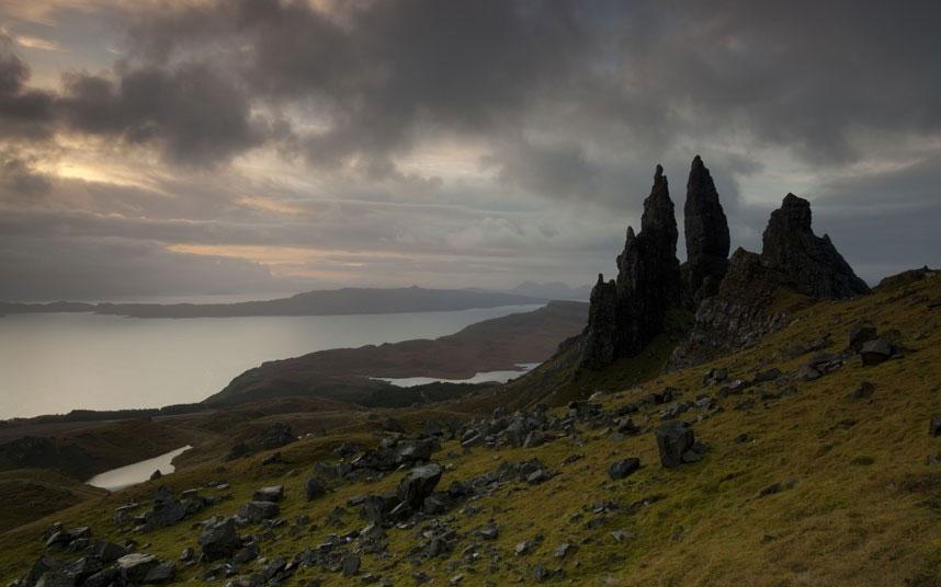 Cảnh bình minh ở tháp núi đá Old Man of Storr, đảo Skype, Scotland.