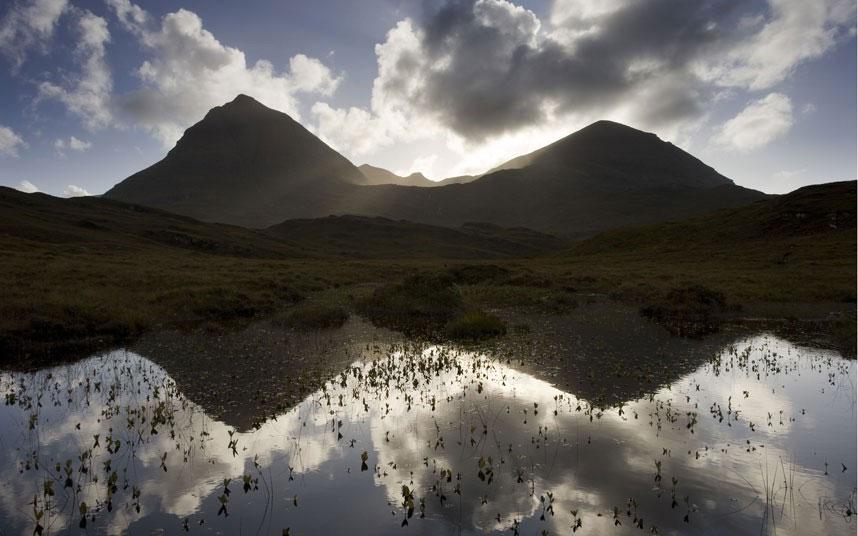 Bóng phản chiếu của ngọn núi Quinag (tây bắc Scotland) trên mặt nước.