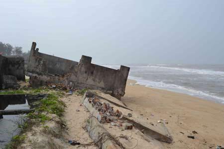 Hàng trăm ngôi nhà tại Phú Thuận bị nước biển đánh sụp.