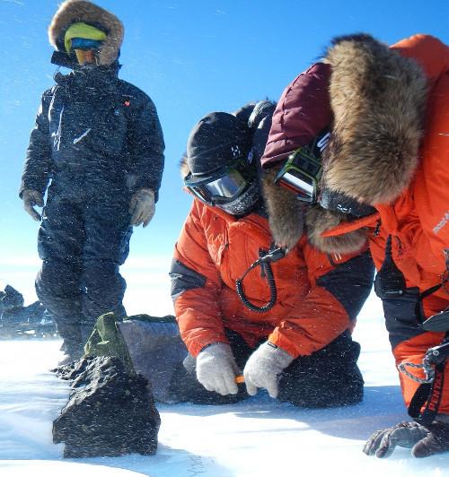 Với khối lượng 18kg, viên đá mà nhóm của Vinciane Debaille gặp là thiên thạch lớn thứ năm mà con người từng phát hiện tại Nam Cực.