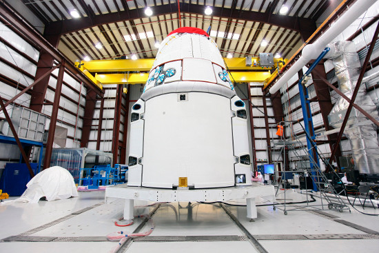 Cảnh tượng các nhân viên kỹ thuật lắp ráp tàu Dragon tại trạm phóng  của không quân Mỹ tại mũi Canaveral, bang Florida hôm 12/1.