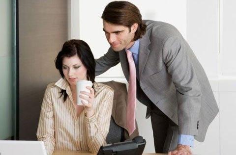 Đàn ông rất dễ phân tán tư tưởng và sao lãng  công việc, đặc biệt khi ở gần phụ nữ.