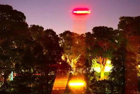 Cảnh tượng UFO bay phía trên vườn Bách thảo Hoàng gia ở  thành phố Sydney do Russell Crowe ghi lại