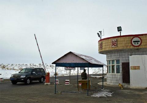 Zhang làm việc tại một công trường khai thác dầu mỏ trong sa  mạc Gurbantunggut. Con cáo đang đứng trước cửa trạm gác.