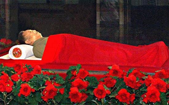 Thi hài ông Kim Jong-il tại Cung tưởng niệm Kumsusan ở Bình Nhưỡng trong những ngày quốc tang.