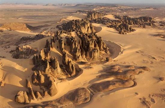 Khung cảnh hoang tàn, khô hạn thường thấy ở các sa mạc.