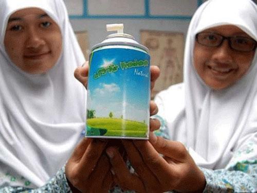 Hai nhà sáng chế trẻ và sản phẩm khử mùi từ phân bò