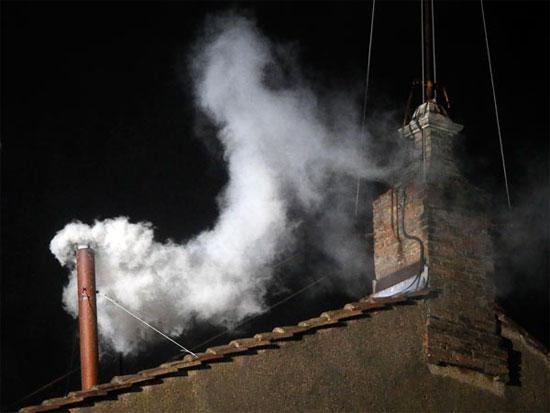 Khói trắng bốc lên từ ống khói của nhà nguyện Sistine sau khi  các hồng y bầu được giáo hoàng mới vào tối 13/3.