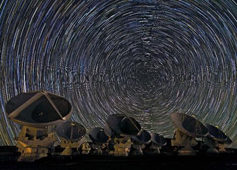 ALMA (Atacama Large Millimeter Array) được khởi động từ năm 2003, từng thực hiện quan sát khoa học từ nửa cuối năm 2011, nhưng ngày 13/3, nó mới bắt đầu chính thức đi vào vận hành toàn bộ tại Chile.
