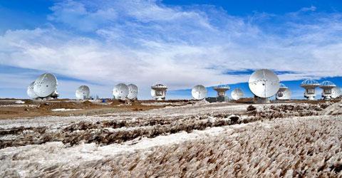 ALMA gồm 66 ăngten parabol rất lớn (50 ăngten đã vận hành trong ngày khánh thành), mỗi chiếc cao khoảng 12m và nặng trên 100 tấn. Khi kết nối lại với nhau, chúng tạo thành kính thiên văn vô tuyến khổng lồ có đường kính 16km.