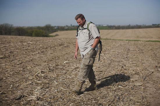 """Thợ săn thiên thạch Michael Farmer đang """"tác nghiệp""""  trên một cánh đồng bắp ở Wisconsin (Mỹ)"""