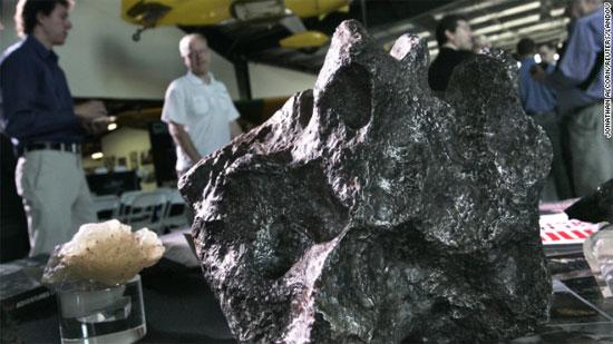 Một mảnh thiên thạch được trưng bày tại một viện  bảo tàng ở bang California (Mỹ)