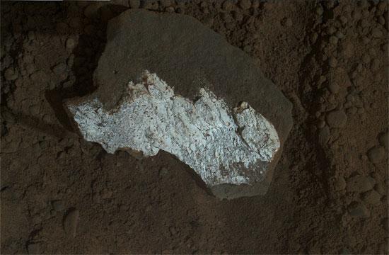 Viên đá trắng mang tên Tintina trong hố Gale trên sao Hỏa.