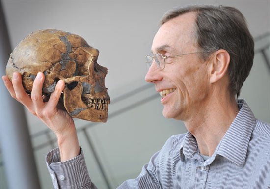 Trưởng nhóm Svante Paabo với công trình chi tiết về  bộ gene người Neanderthal
