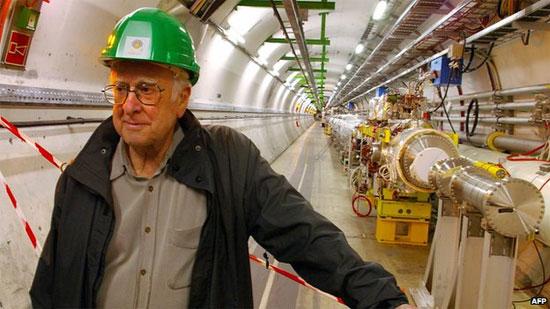 """""""Cha đẻ"""" hạt của Chúa Peter Higgs thăm máy gia tốc ở CERN."""