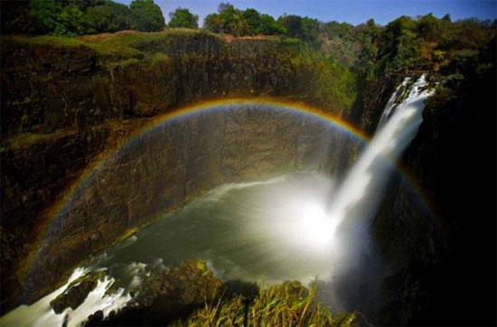 Cầu vồng xuất hiện trên thác nước Victoria và sông Zambezi giữa Zimbabwe và Zambia.