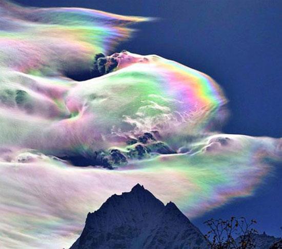 Hình ảnh hiếm hoi của các đám mây cầu vồng đẹp lơ lửng trên đỉnh Everest.