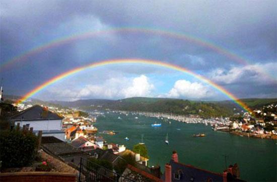"""Cầu vồng kép treo trên bầu trời của thị trấn Dartmouth, Devon, Anh. Nhiếp ảnh gia người Anh đã bỏ ra 7 năm để chụp được hình ảnh này. Ông đã chụp hơn 2.000 bức ảnh tương tự nhau trước khi """"tóm"""" được khoảnh khắc hoàn hảo của cầu vồng kép."""