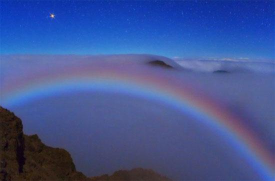 Hình ảnh cầu vồng hiếm hoi được chụp trên miệng núi lửa Hawaii (Mỹ).