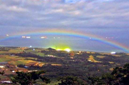 Cầu vồng được phản chiếu bởi ánh trăng ở thành phố Ishigaki, Okinawa, Nhật Bản.