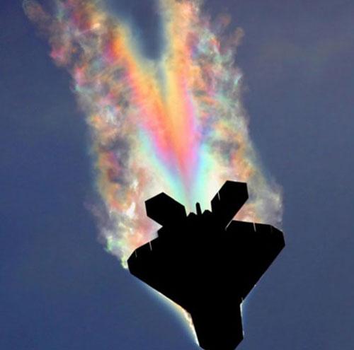 Hình ảnh cầu vồng bị gãy ở phần đuôi của máy bay chiến đấu F-22 được ghi lại bởi một nhiếp ảnh gia Mỹ.